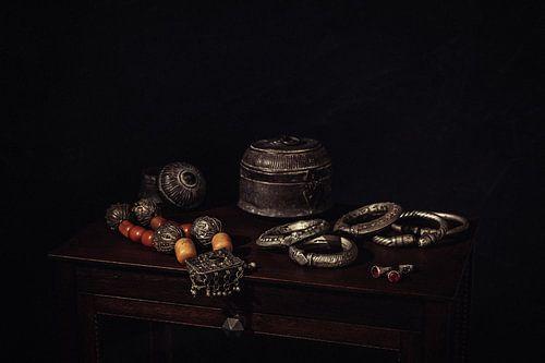 Stilleven met Arabische theekan, potjes en sieraden.