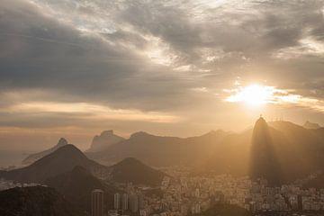Zonsondergang over het Christus beeld in Rio de Janeiro van