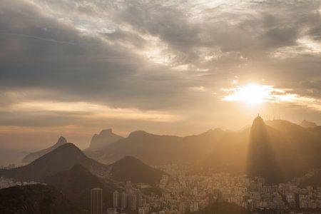 Zonsondergang over het Christus beeld in Rio de Janeiro