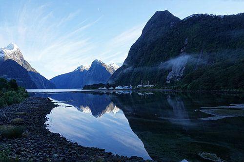 Mitre Peak  in Milford Sound bij zonsopgang in Nieuw Zeeland van