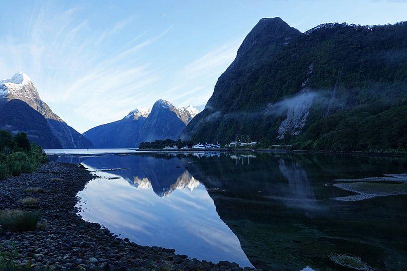 Mitre Peak  in Milford Sound bij zonsopgang in Nieuw Zeeland van Aagje de Jong