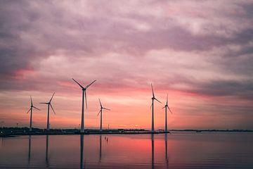 Moderne Windmühlen bei Sonnenuntergang - Warm von Jesper Stegers