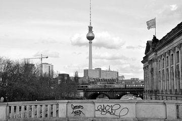 Blick von der Monbijou-Brücke zum Berliner Fernsehturm  von Silva Wischeropp