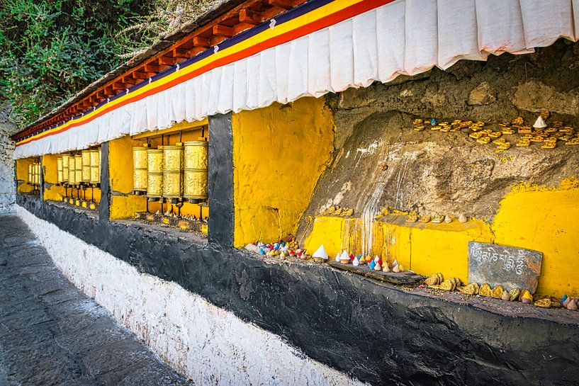 Nis met gebedsmolens en beeldjes, Tibet van Rietje Bulthuis