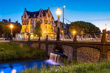 Hotel Molendal Arnhem met waterval in de avond van