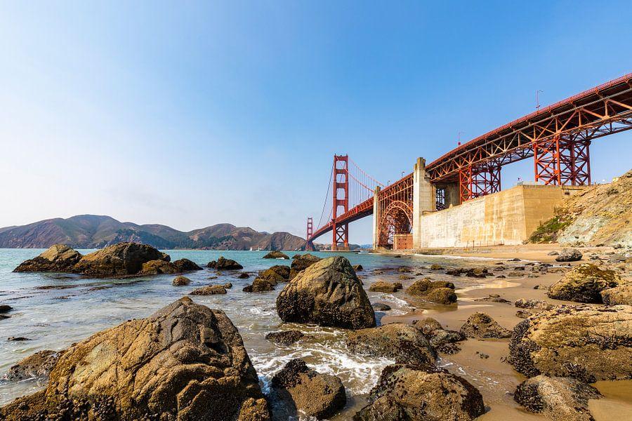 Gold Gate Bridge Rocks 3 - San Francisco van Remco Bosshard