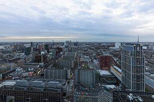 Het stadscentrum van Rotterdam tijdens schemering
