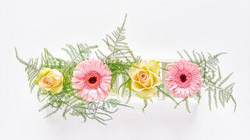 Roze gerbera's en zacht gele rozen van Jenco van Zalk