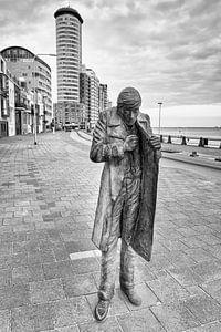 Man beeld langs de boulevard in Vlissingen (zwart-wit)
