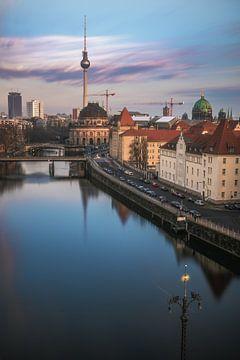 Berlin Schiffbauerdamm avec Spree et Bodemuseum au coucher du soleil sur Jean Claude Castor