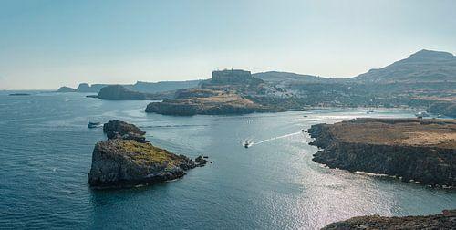 De kust bij Lindos baai, Lindos, Rhodos, Rhodes, Griekenland van Rene van der Meer