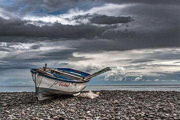 Vissersbootje op kiezelstenen nabij Gran Tarajal, Fuerteventura van