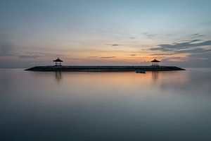 Karang-Strand, Sanur, Bali, Indonesien - 23. Dezember 2019 : Die beiden vom Strand in Sanur, Bali, a von Anges van der Logt