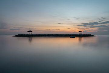 Twee gazebos genomen vanaf het strand in Sanur, Bali voor zonsopkomst van Anges van der Logt