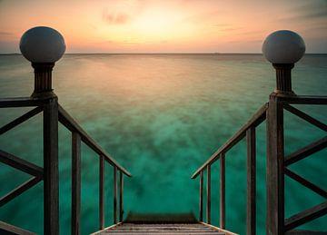 De trap in het heldere water naar de zonsondergang van Christian Klös