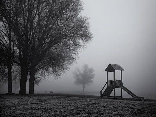 Speelhuisje in de mist van