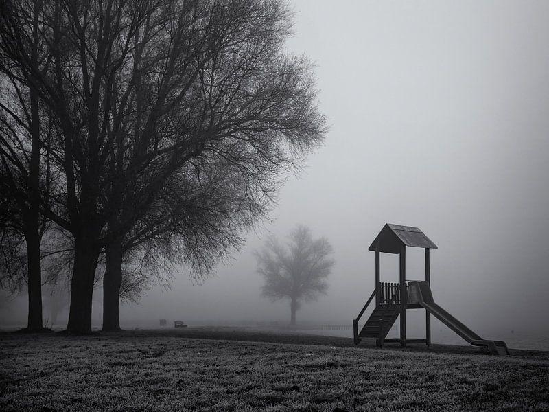 Speelhuisje in de mist van Paul Beentjes
