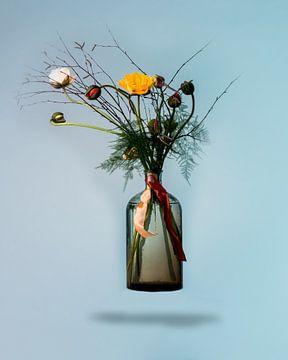 Boeket bloeiende bloemen in zwevende vaas tegen blauwe achtergrond van Atelier Liesjes