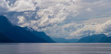 Blauer Fjord von Maurice Welling
