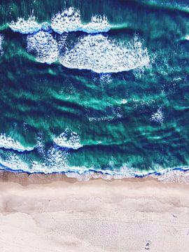 Strand en golven vanuit het perspectief van de zeemeeuw van Florian Kunde