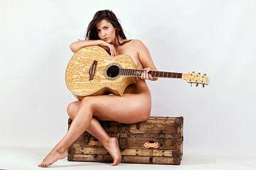 Femme nue avec guitare sur Natasja Tollenaar