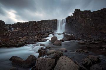 Öxarárfoss waterval in IJsland van Leon Brouwer