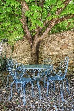 Schaduwrijke zithoek onder de bomen in de Provence van Christian Müringer