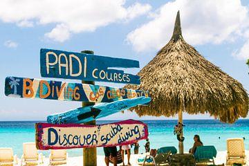 Strandschilder mit Sonnenschirm, Curacao von Paul van Putten