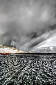 Regenbuitje boven de haven van Harlingen van Harrie Muis