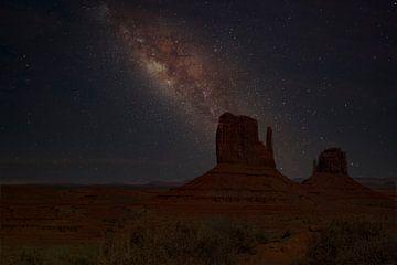 Monument Valley National Park met de Melkweg van Gert Hilbink