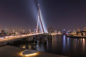 De Erasmusbrug in Rotterdam tijdens het blauwe uurtje