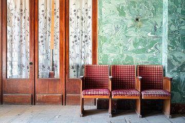 Chaises dans un théâtre abandonné. sur Roman Robroek