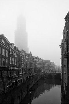 De Dom van Utrecht in de mist gezien vanaf de Vismarkt van De Utrechtse Grachten