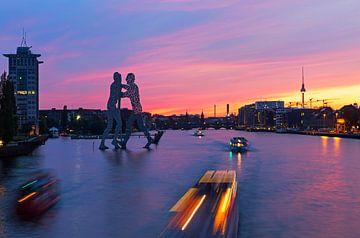 Berlijn Mediaspree skyline bij zonsondergang