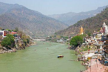 De heilige rivier de Ganges in India bij Laxman Jhula  van Nisangha Masselink