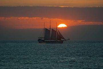 Varen richting de zonsondergang van