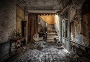 Kinderwagen auf verlassenen Treppenhaus