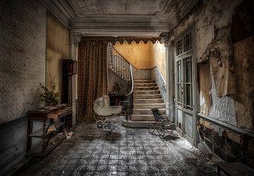 Kinderwagen auf verlassenen Treppenhaus von Kelly van den Brande