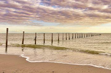 Strand, palen in zee van Marjolein van Middelkoop