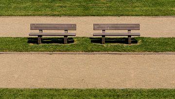 Twee eenzame parkbanken van Dirk Herdramm