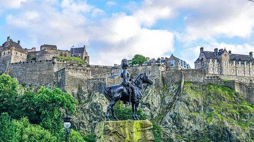 Blik op Edinburgh Castle in Edinburg, Schotland van