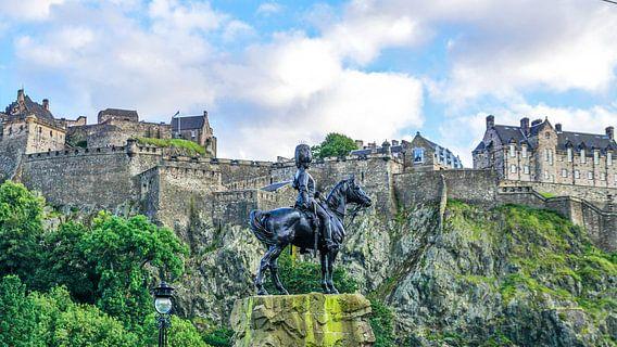 Blik op Edinburgh Castle in Edinburg, Schotland van Arjan Schalken
