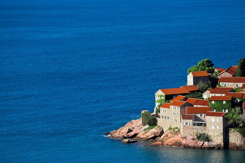Schattig vissersdorpje. kleine huisjes met een pannendak en groene bomen aan de blauwe zee. geluk in van Michael Semenov
