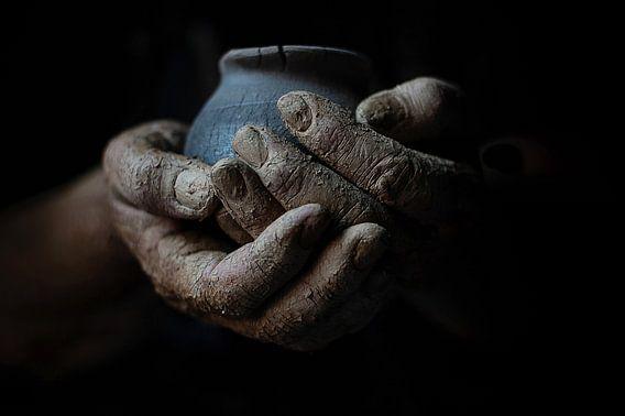 Hände aus Ton