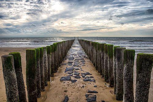 Golfbreker op het strand van de zeeuwse kust bij Dishoek. Wout Kok One2expose van Wout Kok