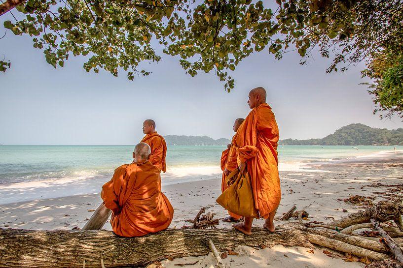 Mönche am Strand in der Ao Khao Kwai Bucht von Levent Weber