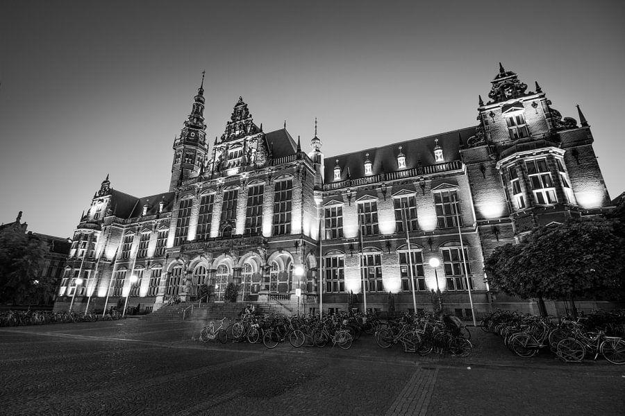 Academiegebouw begin van de avond (zwart-wit) van Iconisch Groningen
