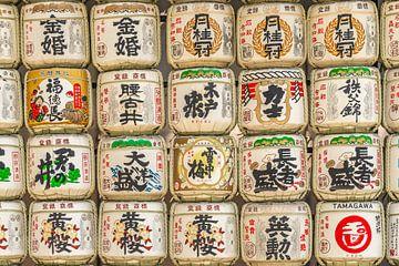 Sake vaten muur in Japan van Mickéle Godderis