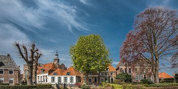 Stadsgezicht in Blokzijl, Overijssel, met kerktoren en bomen, von Harrie Muis