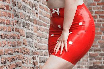 Sexy roter Latex-Minirock von Bobsphotography